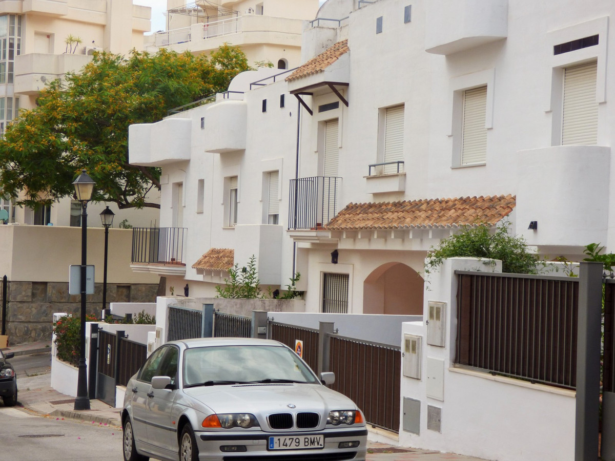 3 Floors < 500m from Beach In Good Condition Close to the beach, shops and public transport.  Pri, Spain