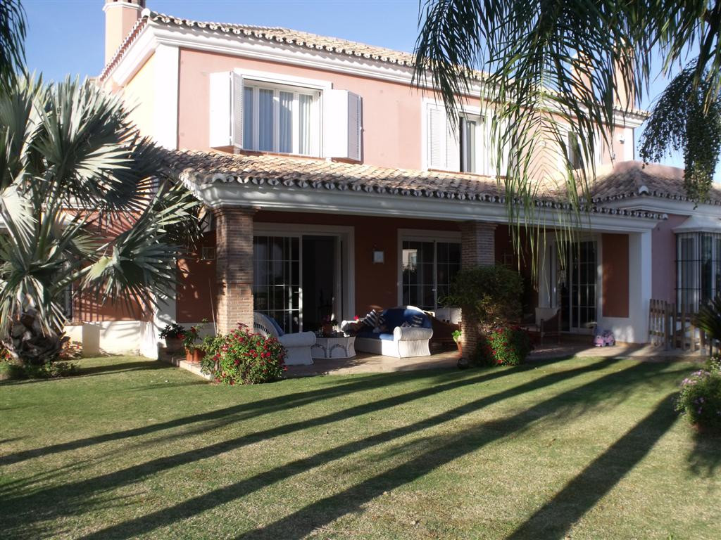 Villa for sale in Elviria