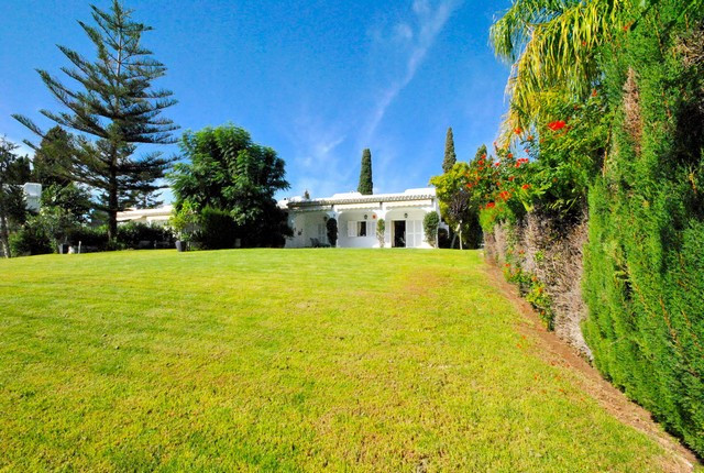 Villa - real estate in Nueva Andalucia