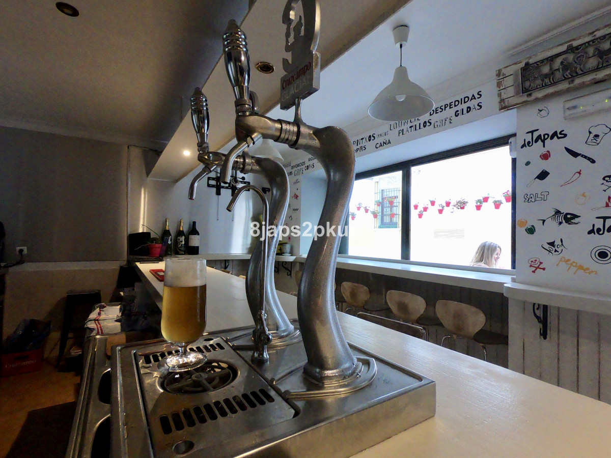 BAR & APARTMENT ESTEPONA. 36,000 Traspaso and low monthly rental which includes the ability to l,Spain