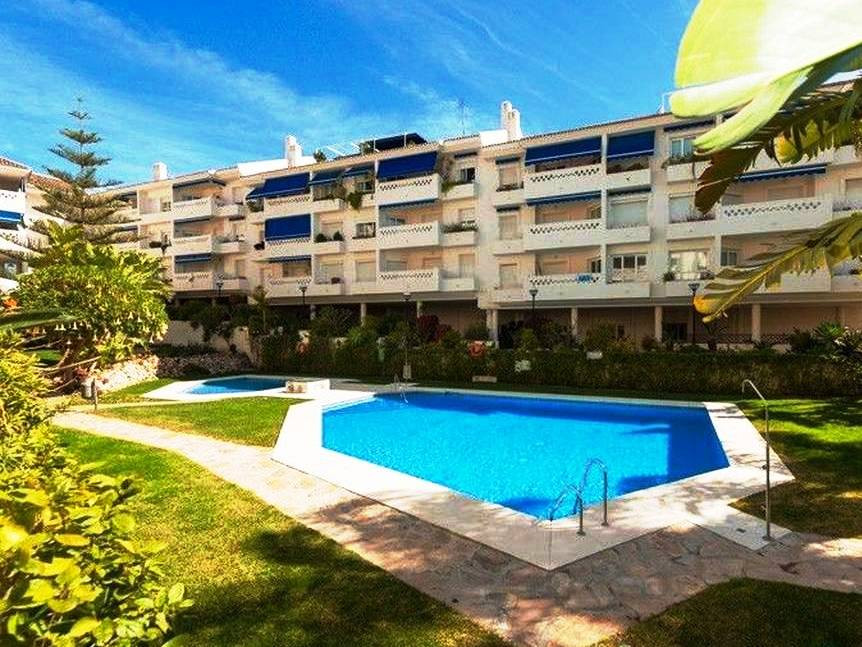 We are delighted to be able to offer for sale this wonderful duplex penthouse apartment in great com,Spain