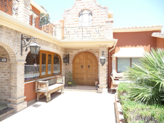 We are delighted to be able to offer for sale this magnificent villa located in San Pedro de Alcanta,Spain
