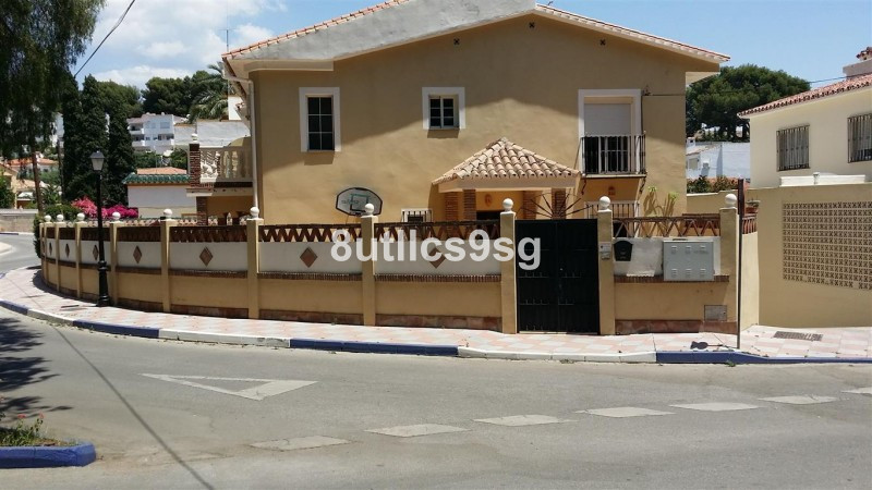 Semi-Detached House in Nueva Andalucía R2488238