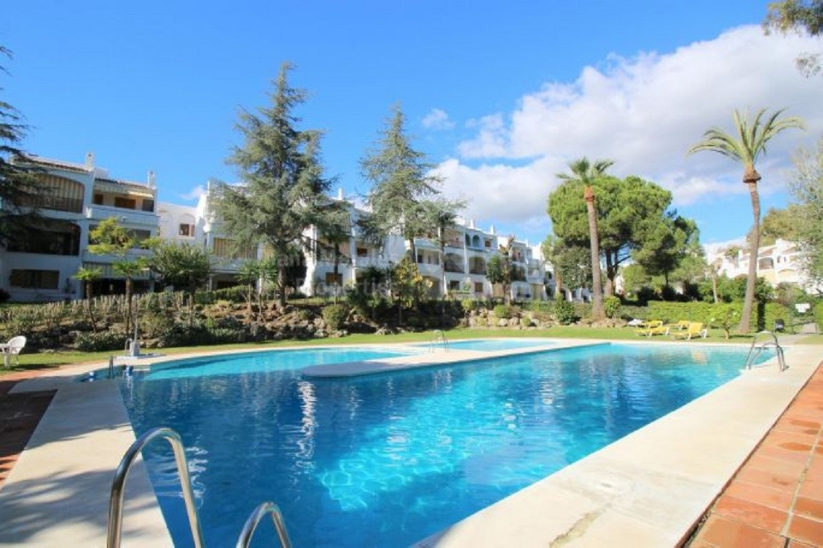 This attractive penthouse apartment occupies an idyllic position in this popular gated community. Lo,Spain