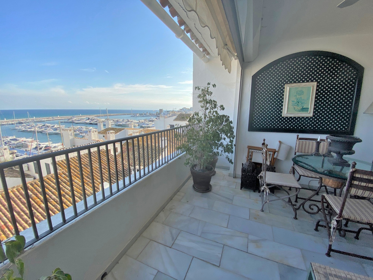 Location! This big apartment with views to the harbour is situated on the second line in Puerto Banu,Spain