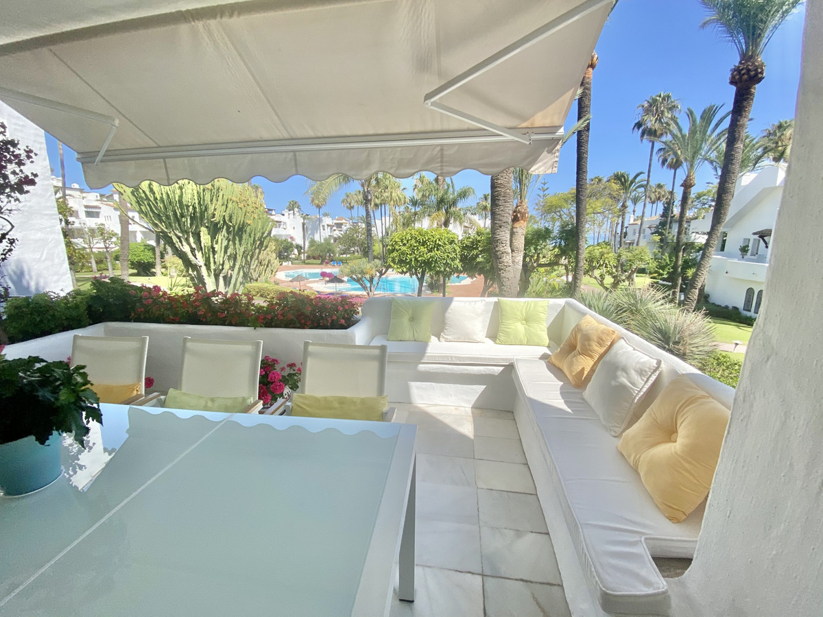 Nice 2 bedroom apartment in Alcazaba Beach, Estepona. This front line beach complex is located in Es, Spain