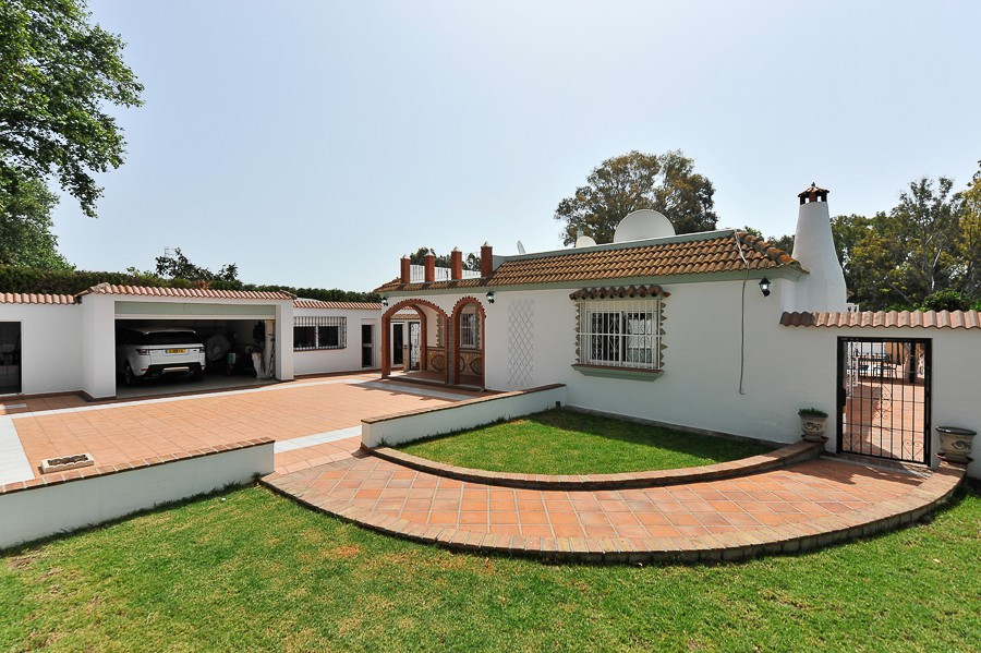 Located just 10 kms North from the Sotogrande Marina, a charming single level villa set on a 3550 m2, Spain