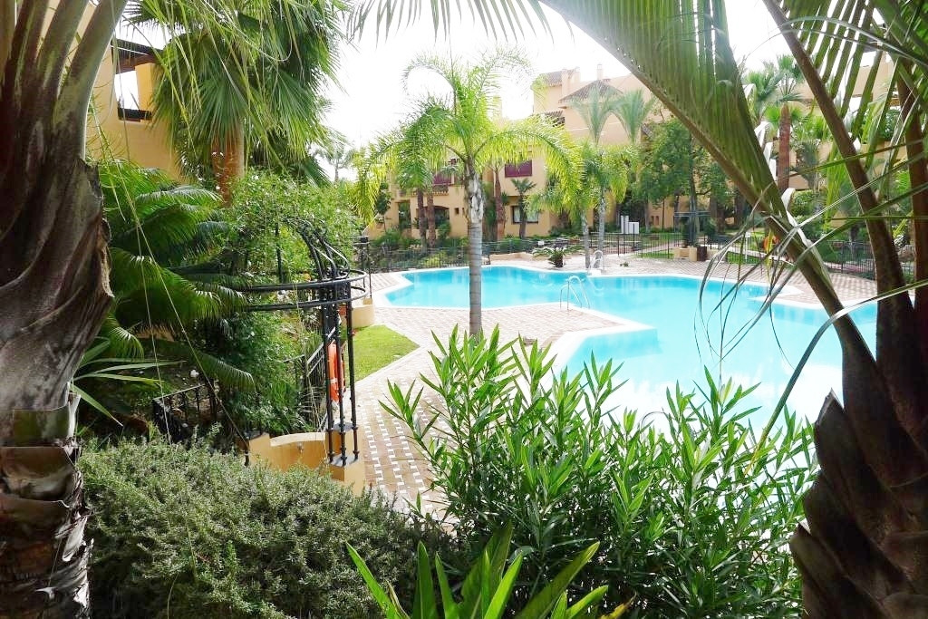 Apartment with 3 bedrooms and 2 bathrooms a few meters from the beach. Located in a gated community , Spain