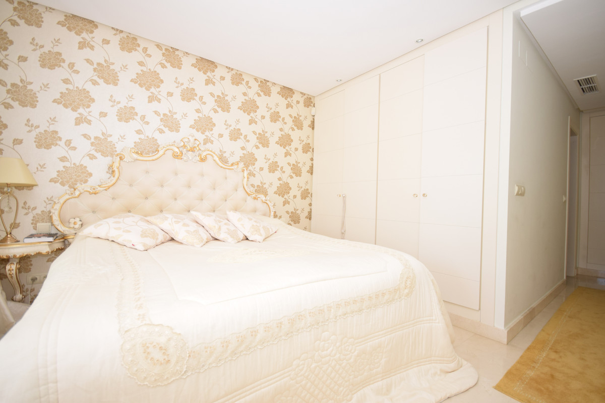 1 Bedroom Middle Floor Apartment For Sale Nueva Andalucía