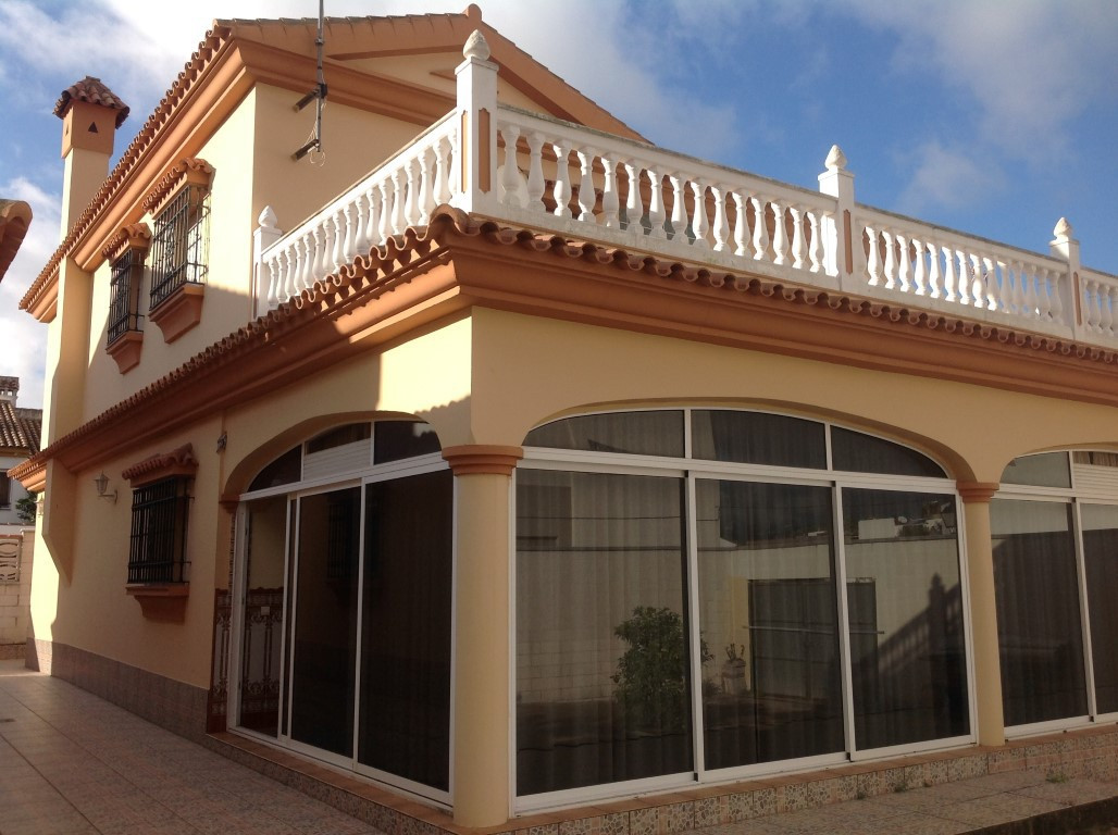Spectacular detached house on large plot located within walking distance to all amenities of the pop, Spain