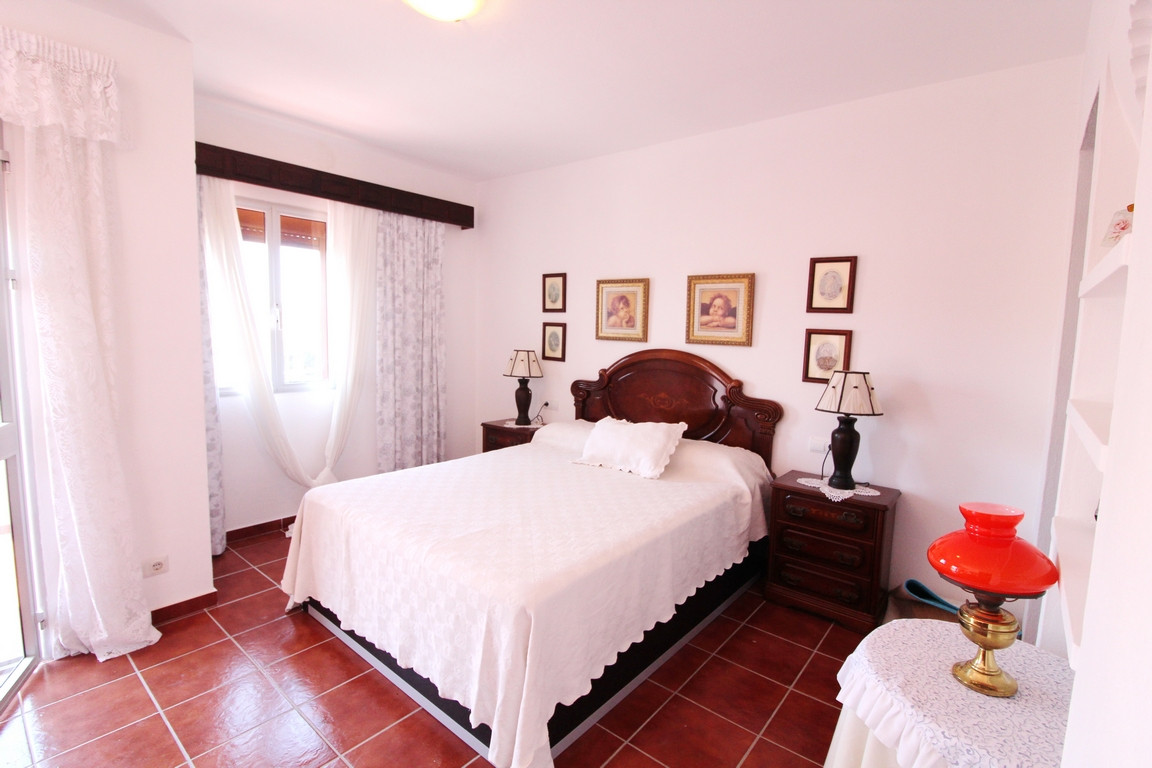 Great family house with plot of 800 m2 distributed in gardens, terrace, courtyard, garden and privat,Spain
