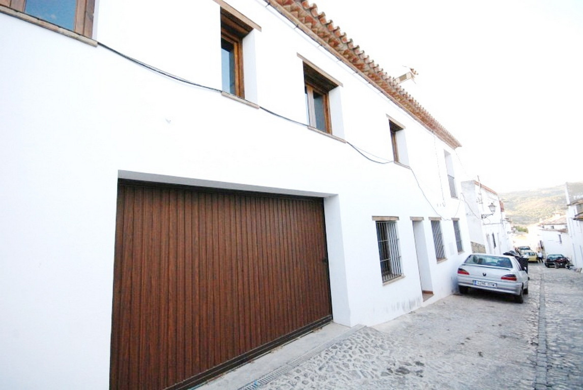 Lovely and spacious house built recently according to the traditional style of the town. It is distr, Spain