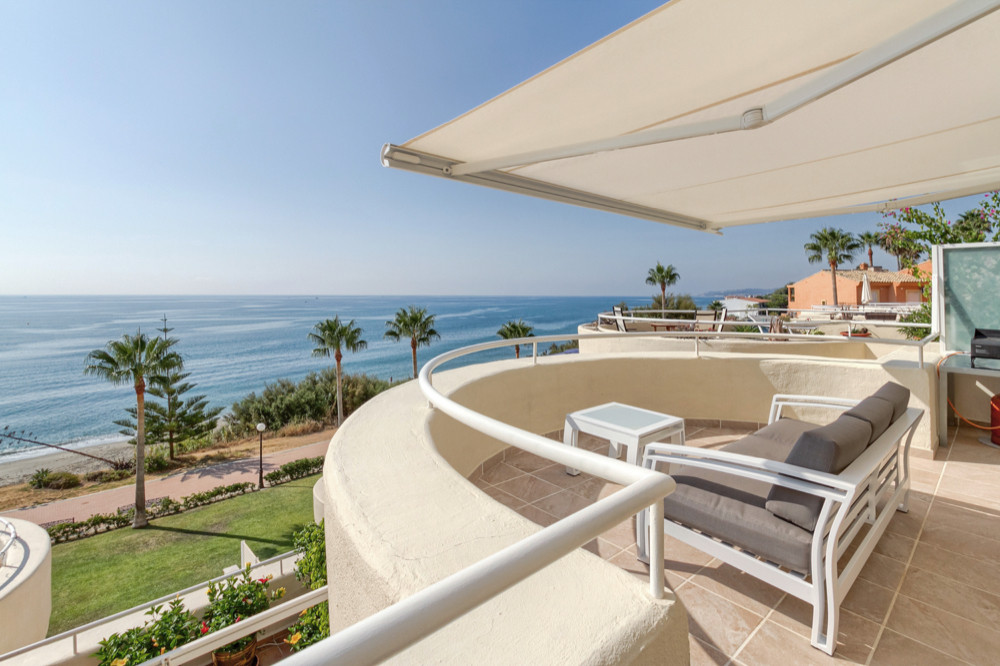180 degree view of the sea for this beachfront apartment. Access to the ground floor to access the d, Spain