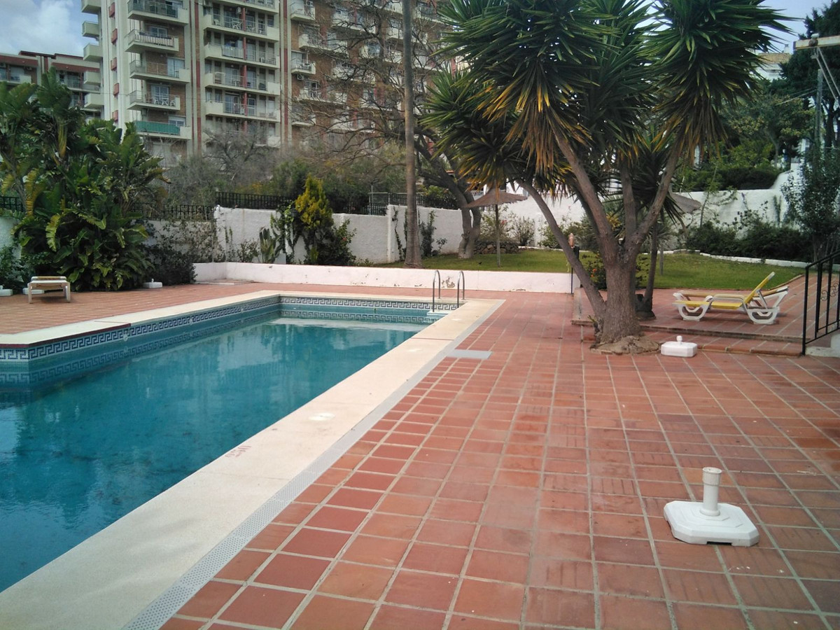 Nice studio in residential with few neighbors very close to the beach, has a swimming pool and green,Spain