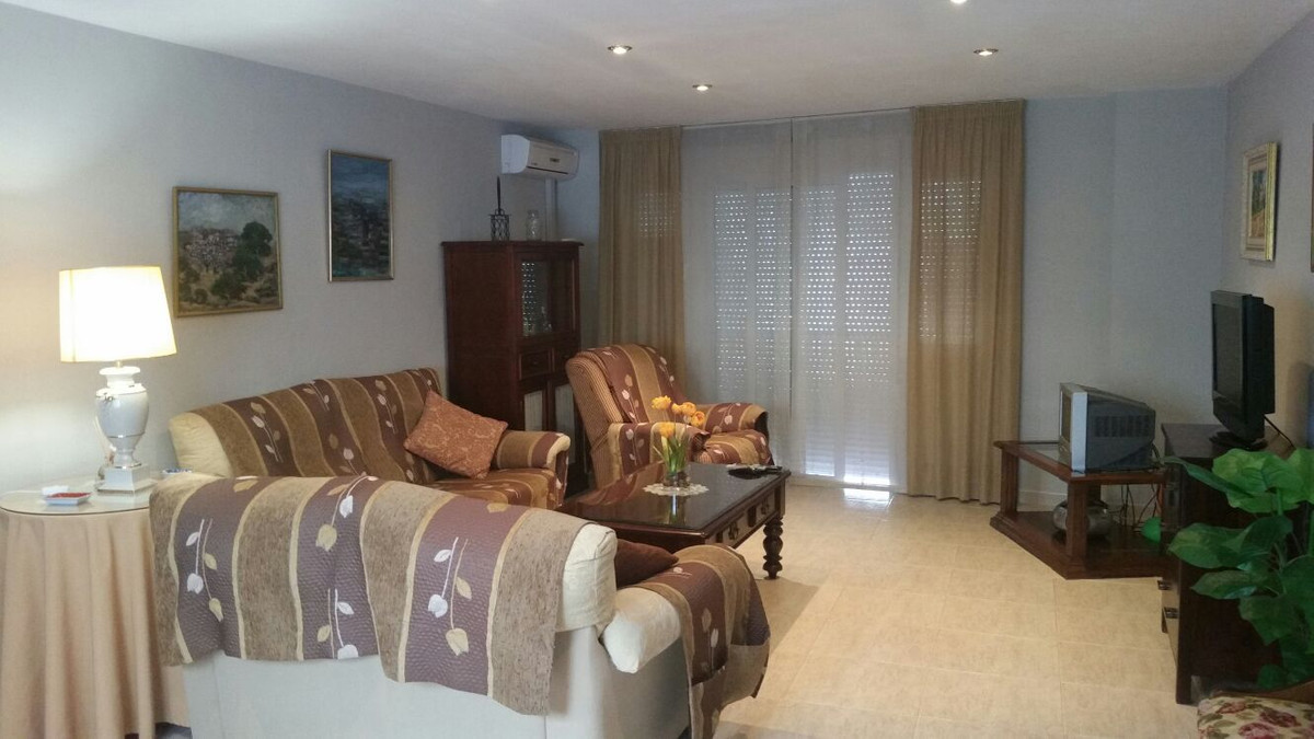 Located in the district of Los Boliches, this 4bedroom apartment on the 2nd floor with elevator. It , Spain