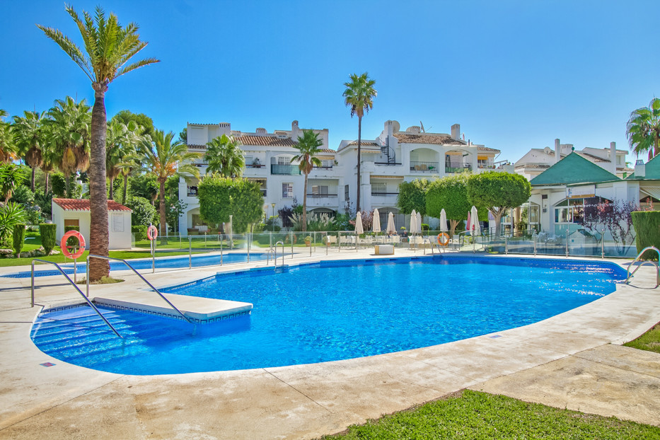 Price 2243€/sqm .107 sqm Large penthouse overlooking the pool and with 3 bedrooms and 2 bathrooms. SSpain