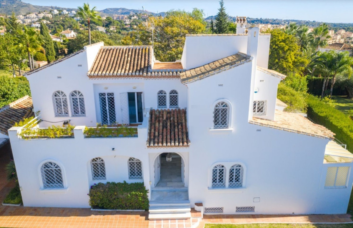 Cozy villa in the urbanization Cerrado de Elviria, East Marbella, 1 minute walk from all kinds of se, Spain