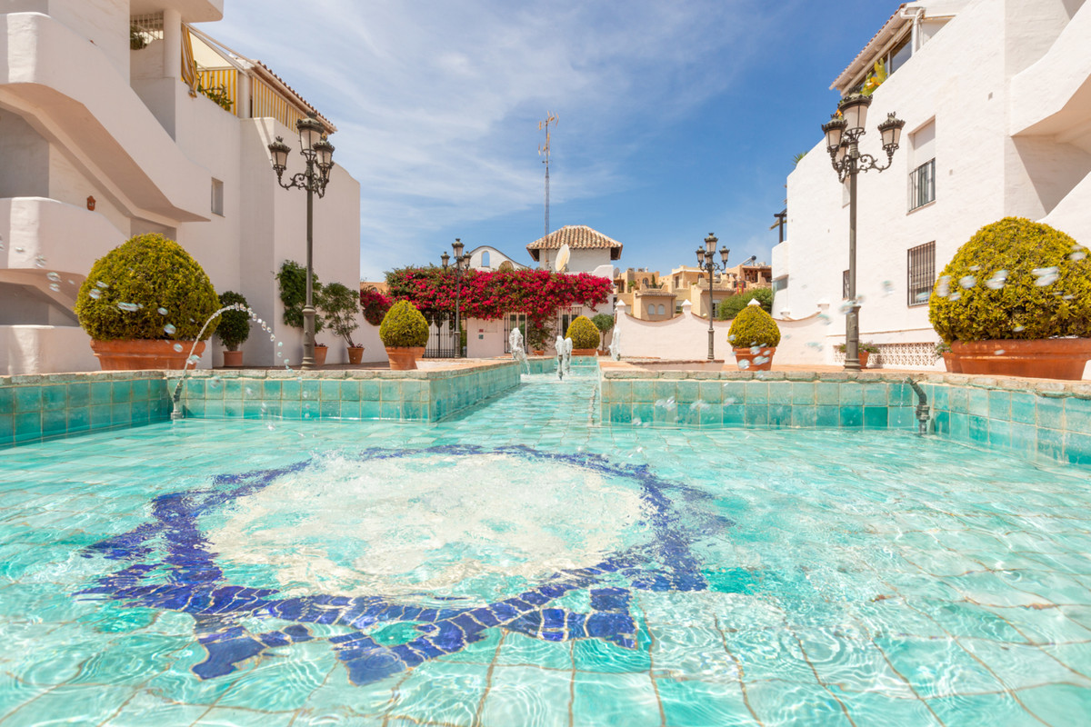 I have the pleasure to present this mystic and spectacular flat with a huge terrace, in one of the m,Spain