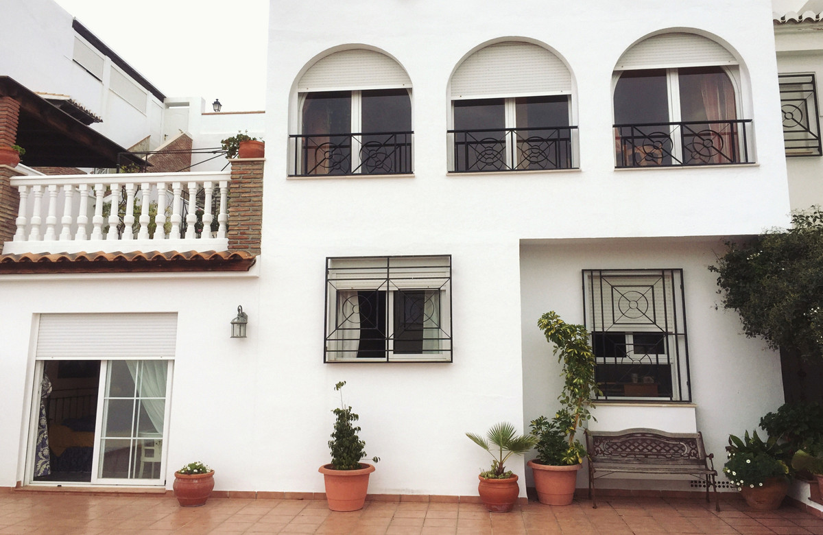Semi-detached house of several floors and large dimensions (more than 400m2 built) with multiple ter, Spain