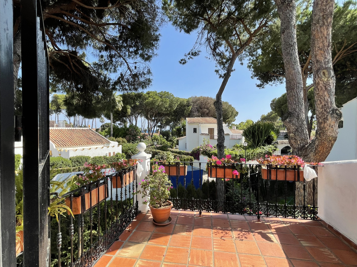 This bright three bedroom townhouse is located in a gated community, with a communal pool and beauti,Spain