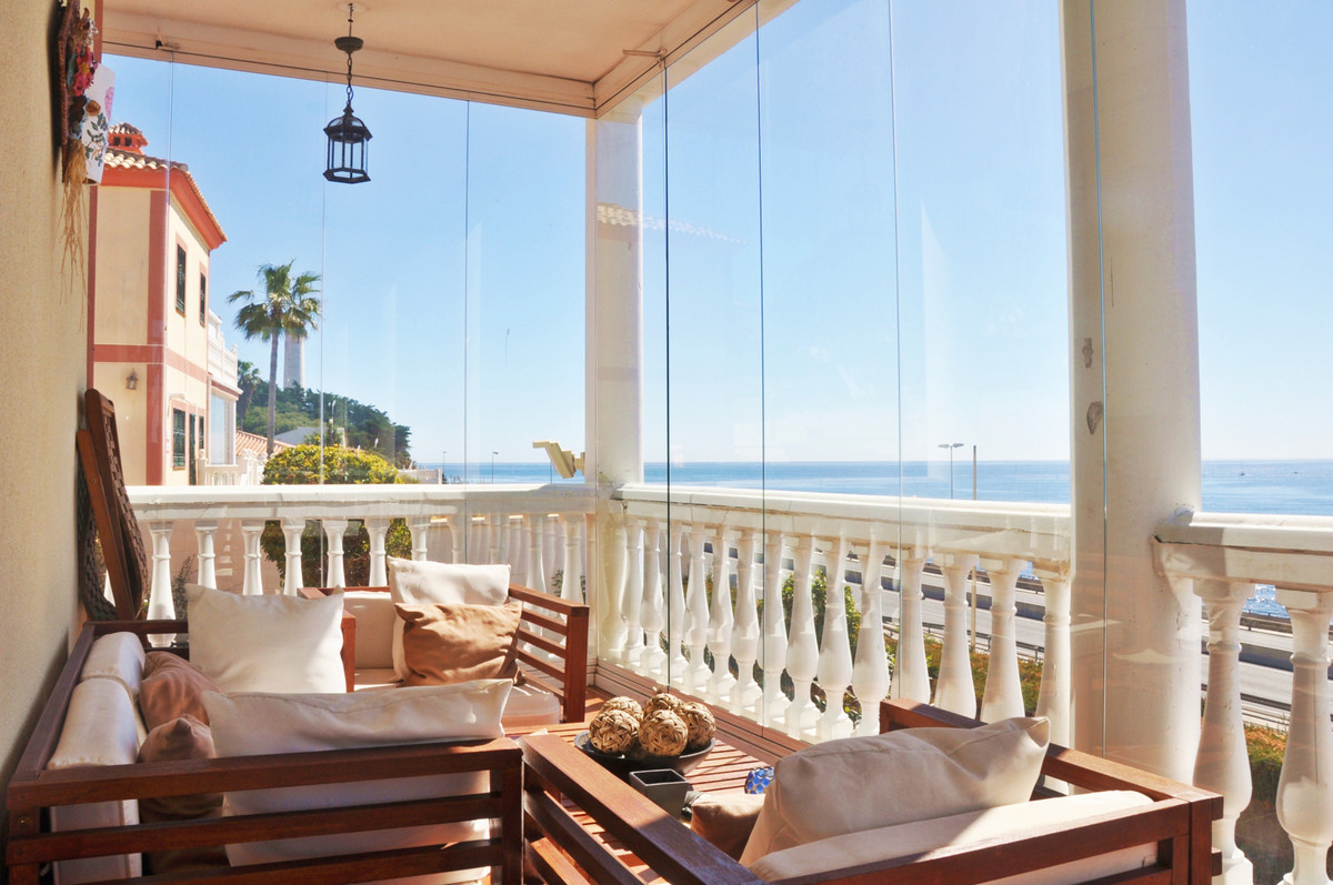 Villa of 3 floors and large dimensions (more than 360 m2 built) with two great terraces, perfect to , Spain