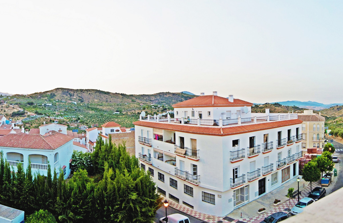 If you want to enjoy the tranquility of living in a village, but being only 15 minutes from Marbella,Spain