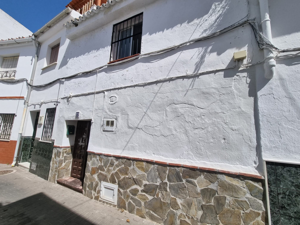 Charming town house to reform and with lots of light, in the center of Alhaurin el Grande.  It is di,Spain