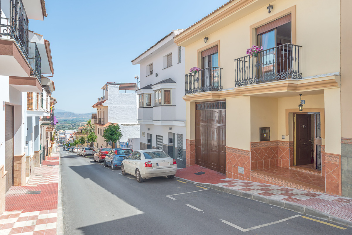 Can you imagine living here? We want to show you this beautiful semi-detached house of 230 square me,Spain