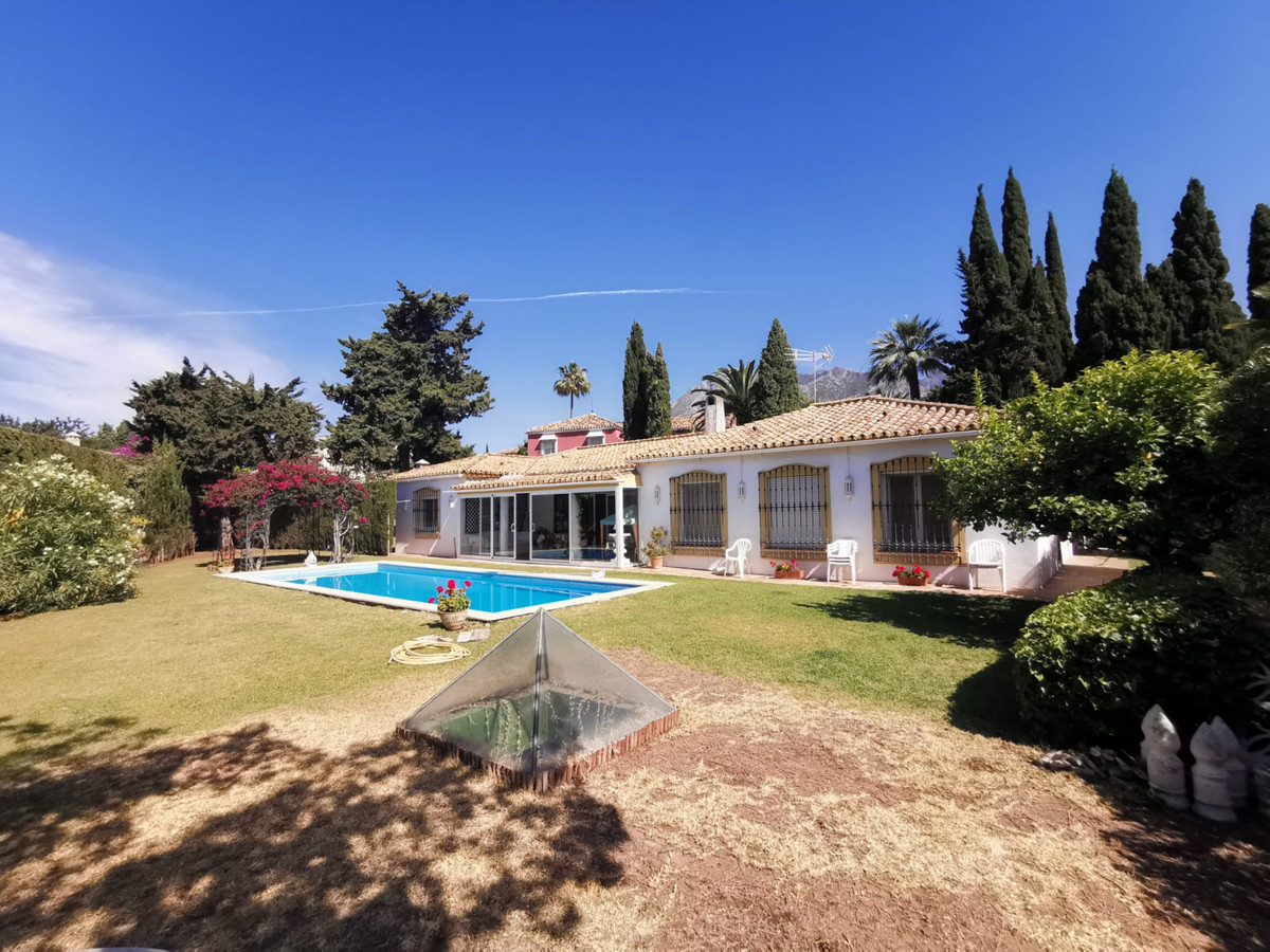 Opportunity new villa on the market in a residential area of Marbella.  Excellent independent villa ,Spain