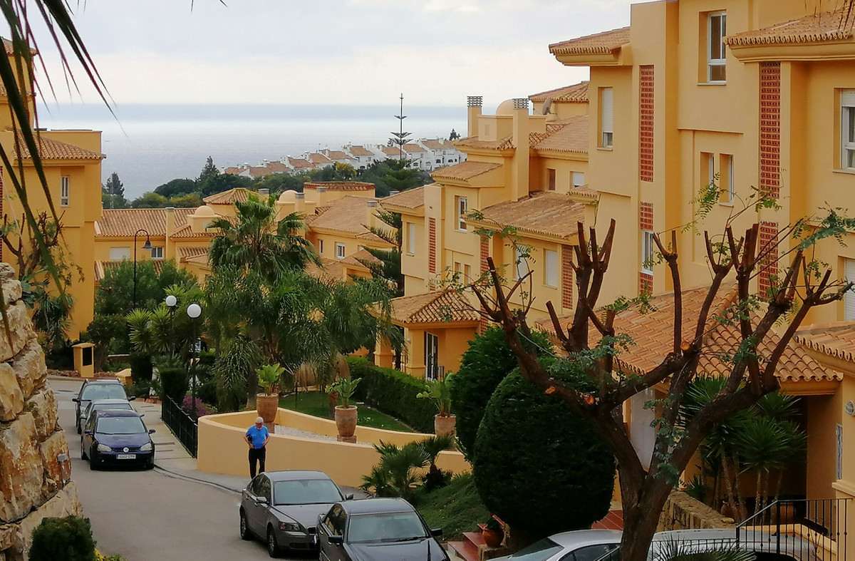 Magnificent first floor apartment located in Calahonda.  The house has an area of 172 square meters ,Spain
