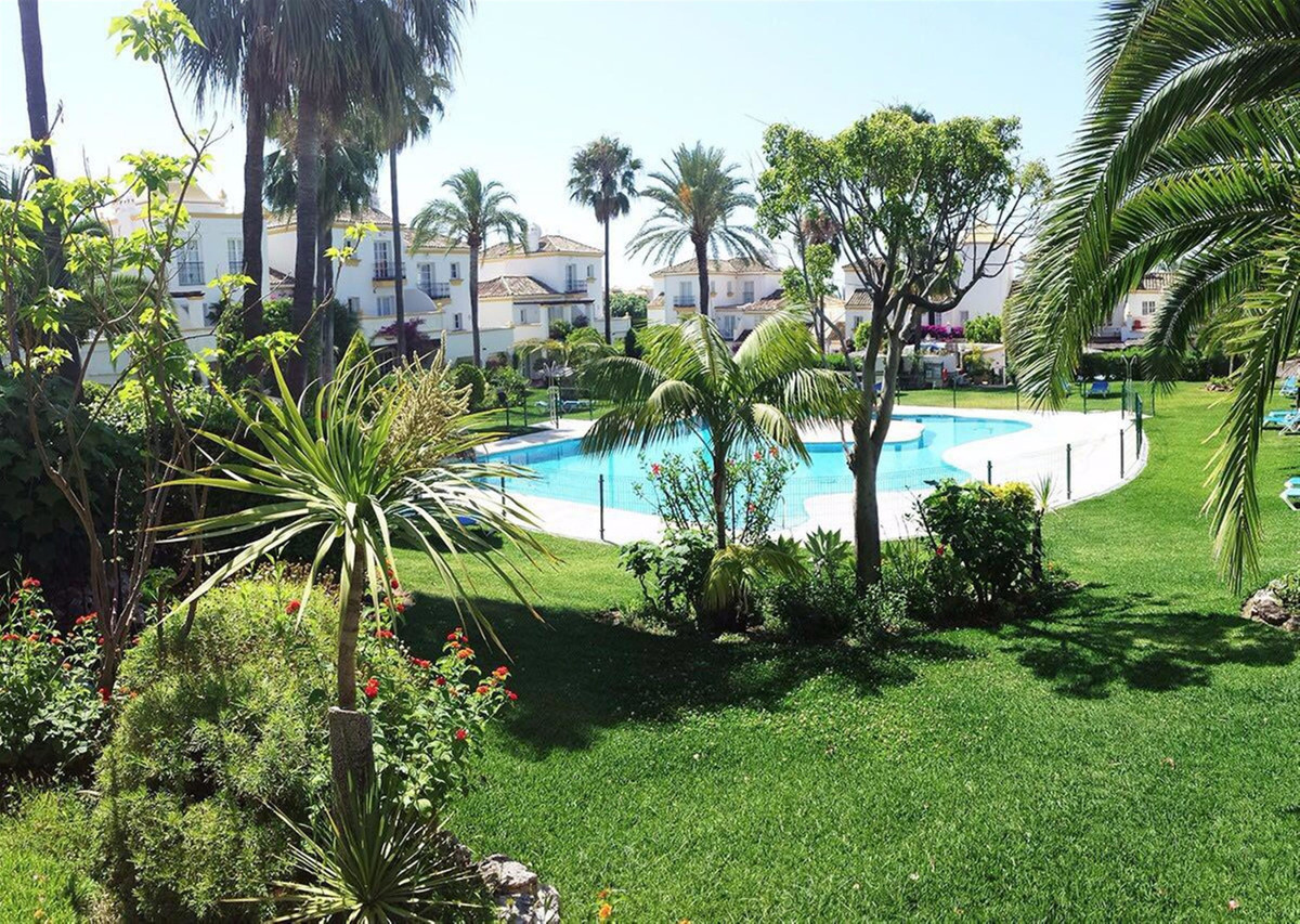 Beautiful townhouse on three floors in a very quiet area, just 5 minutes from the beach and at the s, Spain