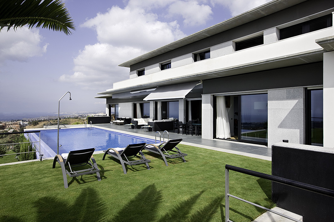Modern style villa, built in 2006. Surface meters 1520m2. Built surface 852m2 including terraces. 3 ,Spain