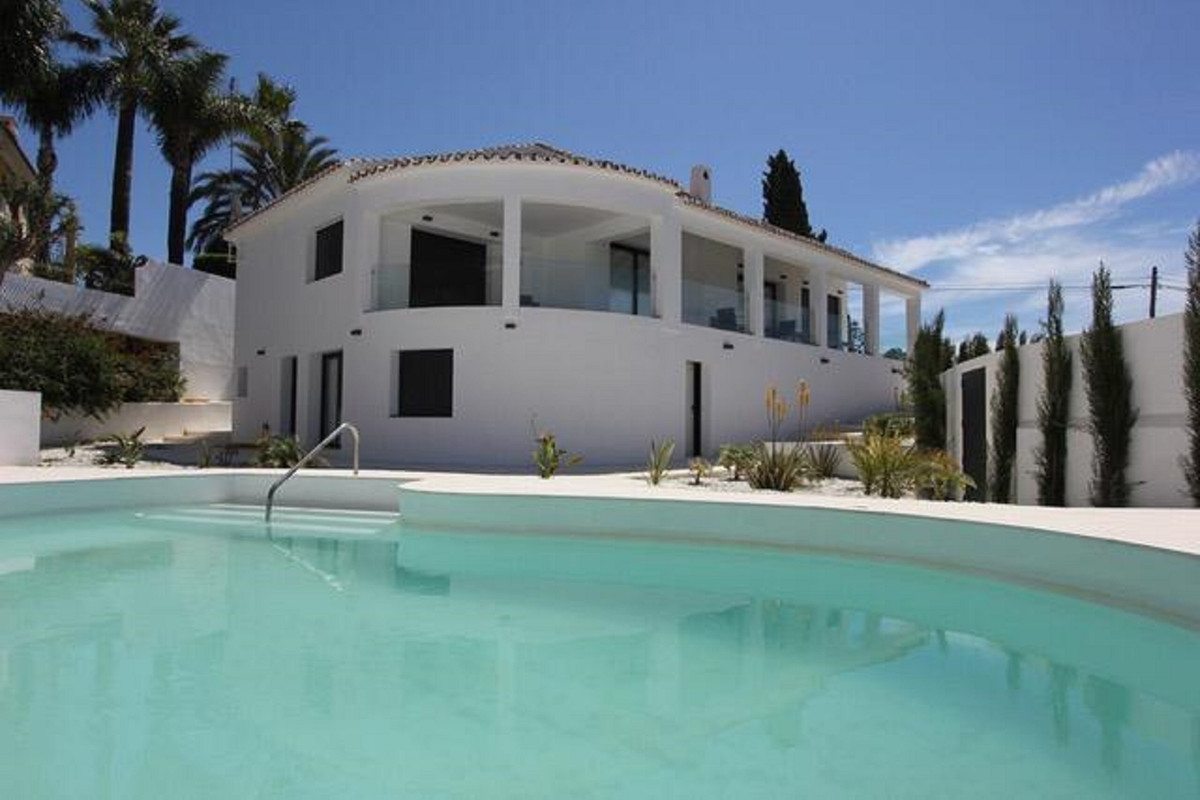 Seaviews from this 5 bedroom 4 bath modern style villa located in El Rosario,3 bedrooms on the main , Spain