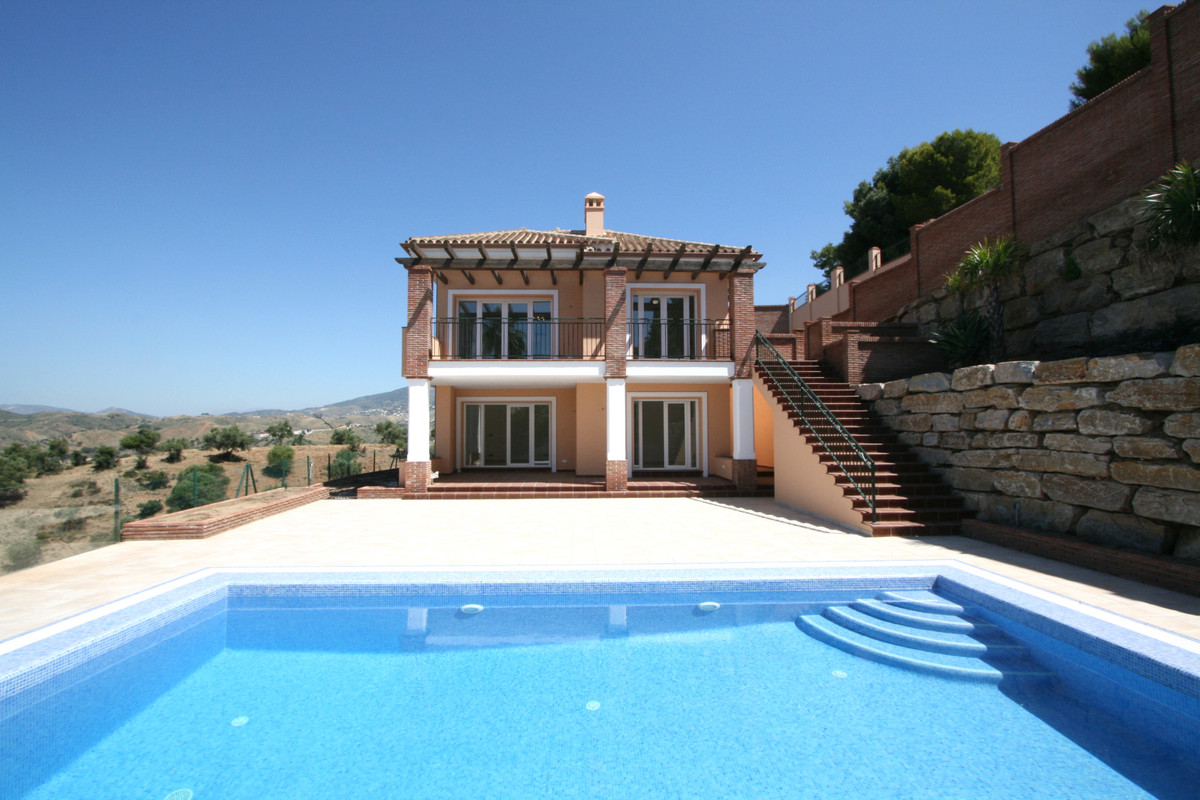 Magnificent villa in Mijas, only a few minutes drive to the local shops and Fuengirola. The villa en,Spain