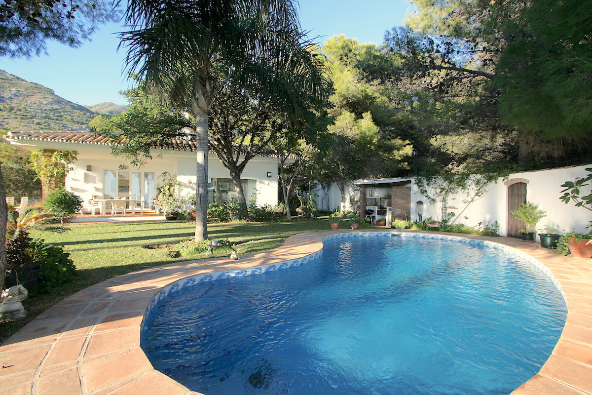 A detached villa located in very quiet and private urbanization within walking distance to the famou,Spain