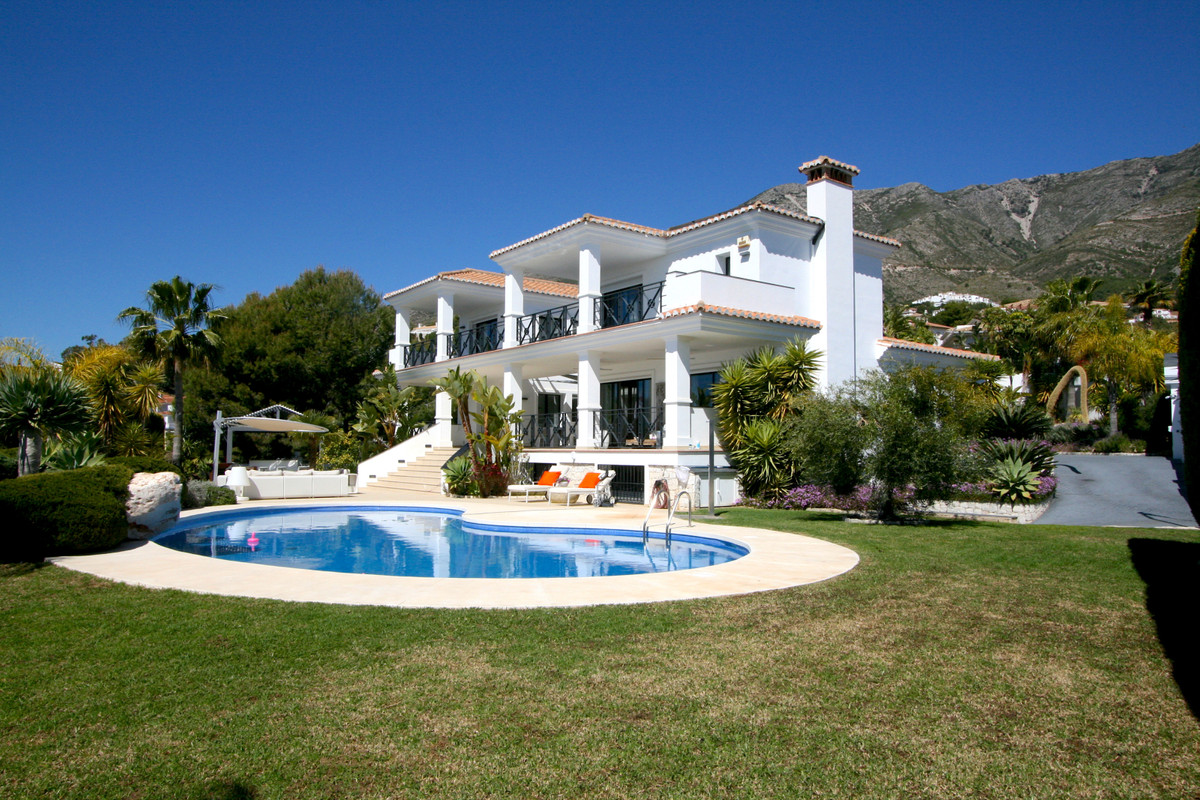 Impressive south facing villa (6 bedrooms) located in a beautiful and tranquil urbanisation of Mijas,Spain