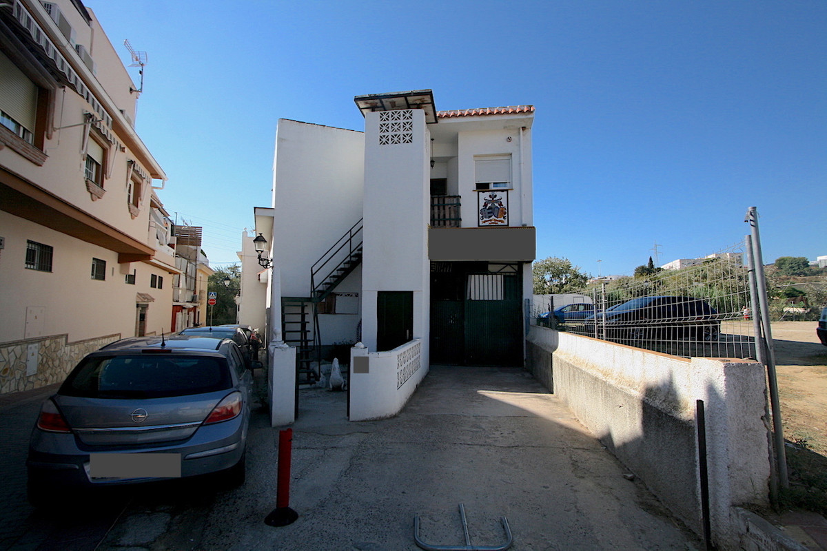 460 m2 plot built with a large warehouse (constructed in 1969) + 116 m2 apartment in the upper part ,Spain