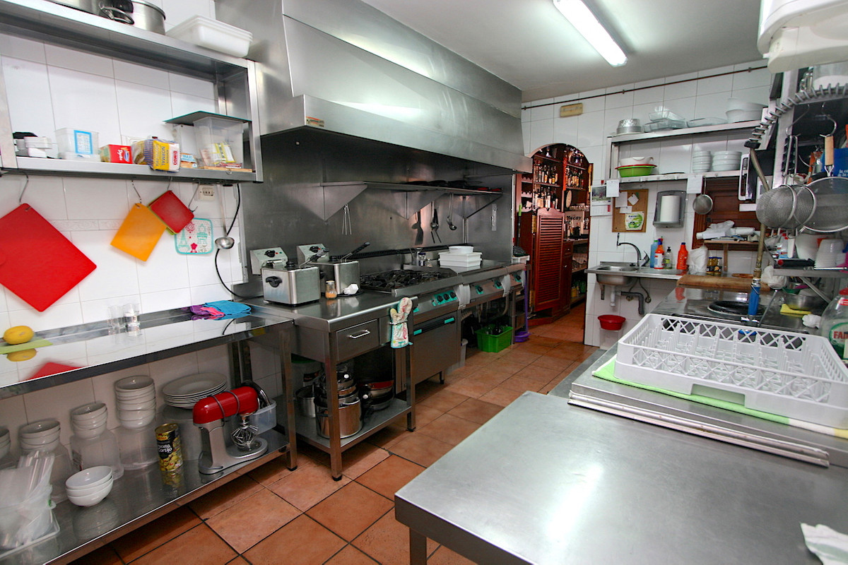 Restaurant in the center of Fuengirola is transferred with everything included to enter to work. Ver,Spain