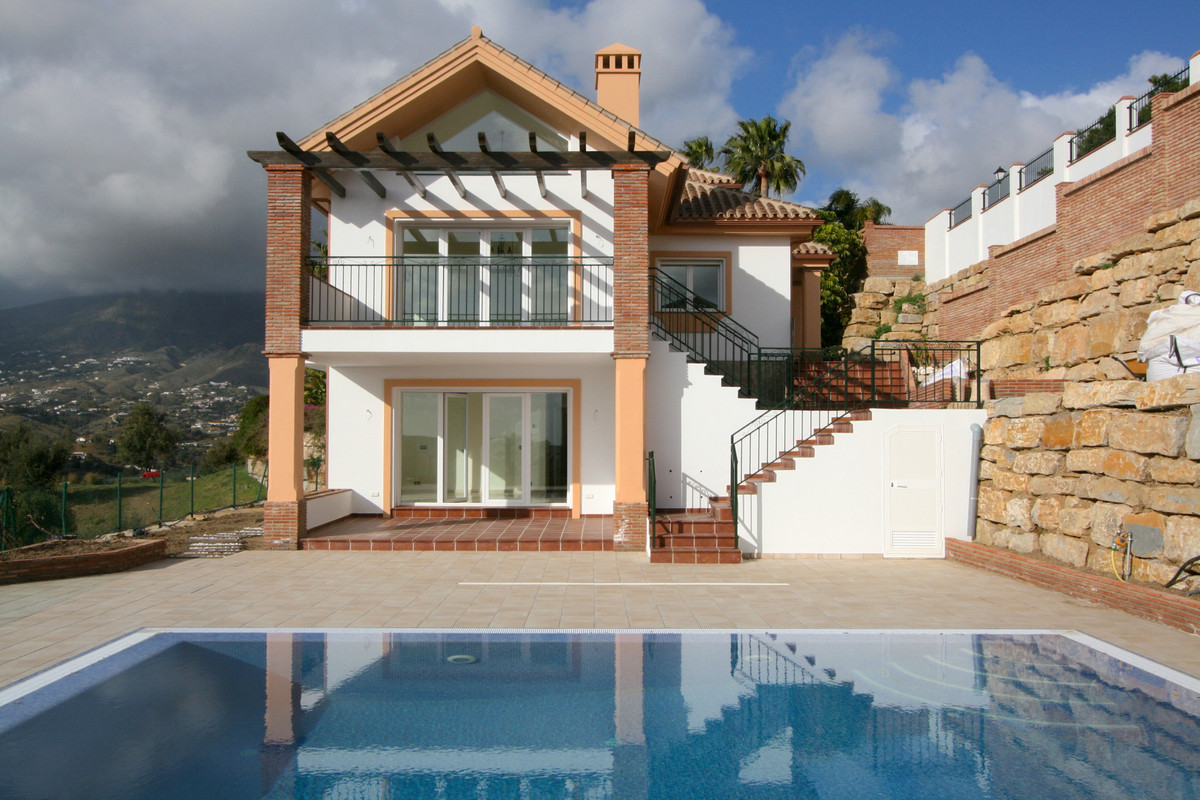 Magnificent villa in Mijas, only a few minutes drive to the local shops and Fuengirola. The villa en, Spain