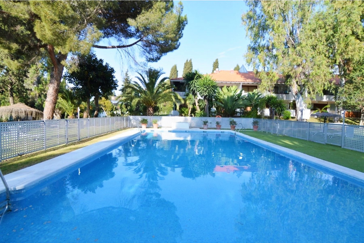Beach side studio apartment within walking distance to Puerto Banus and the beach. This middle floor,Spain