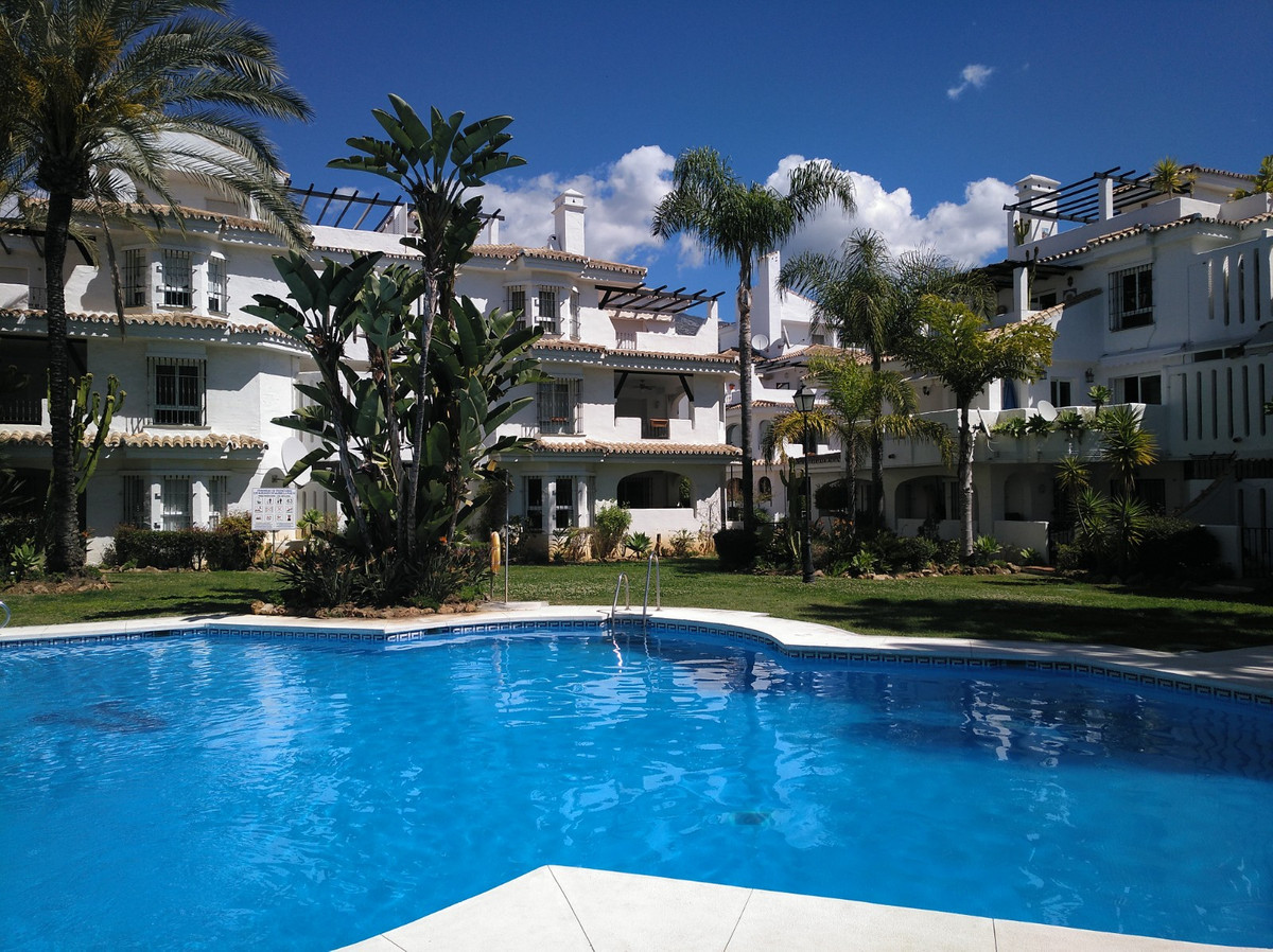 Fantastic 2 bedroom apartment for Long Term Rental in the area of Los Naranjos. very close to Aloha ,Spain