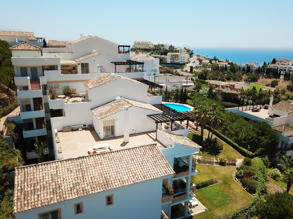 Along Miraflores golf course we find this beautiful, newer penthouse apartment from 2002. The apartm, Spain