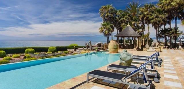 Detached Villa in Los Monteros R2582210