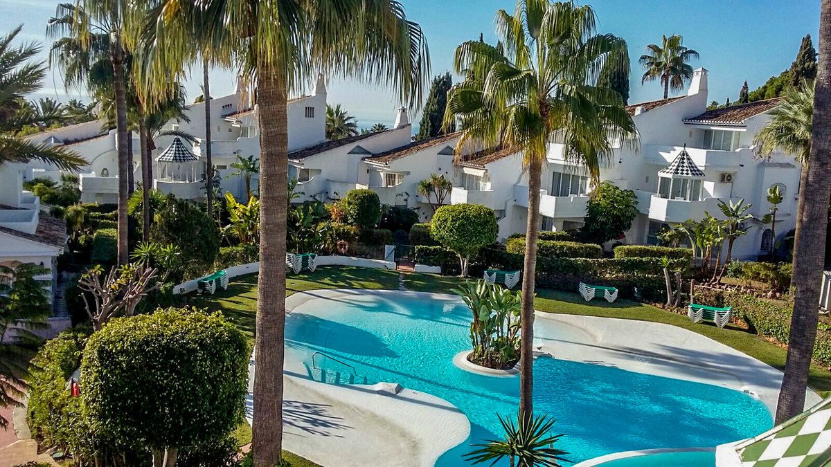Situated in a private gated community in Sierra Blanca, this fantastic townhouse is located just nor,Spain