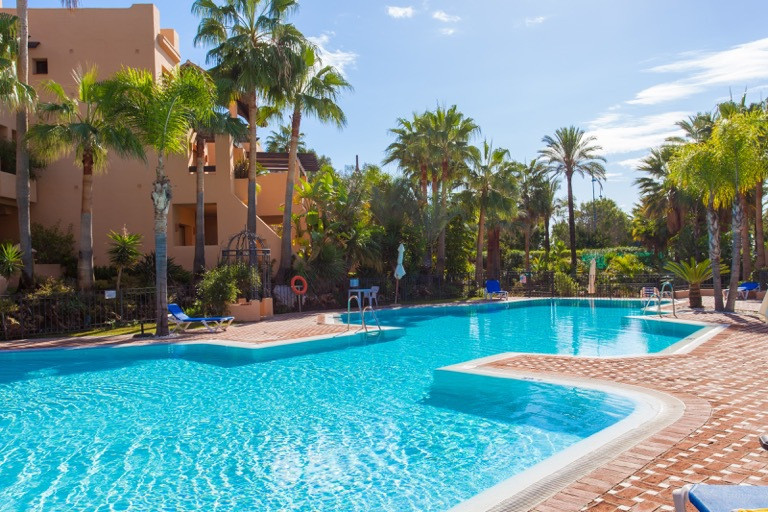 This is a bright and elegant apartment in a perfect condition located within a closed urbanization r,Spain