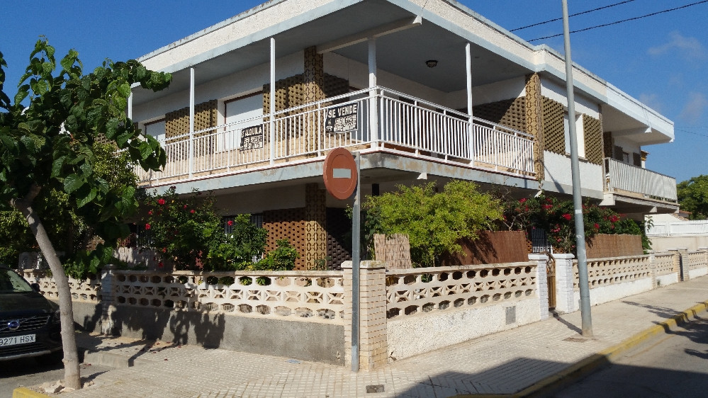 Large 3 bedroom 1 bathroom apartment with large east facing terrace fully furnished in need of moder,Spain