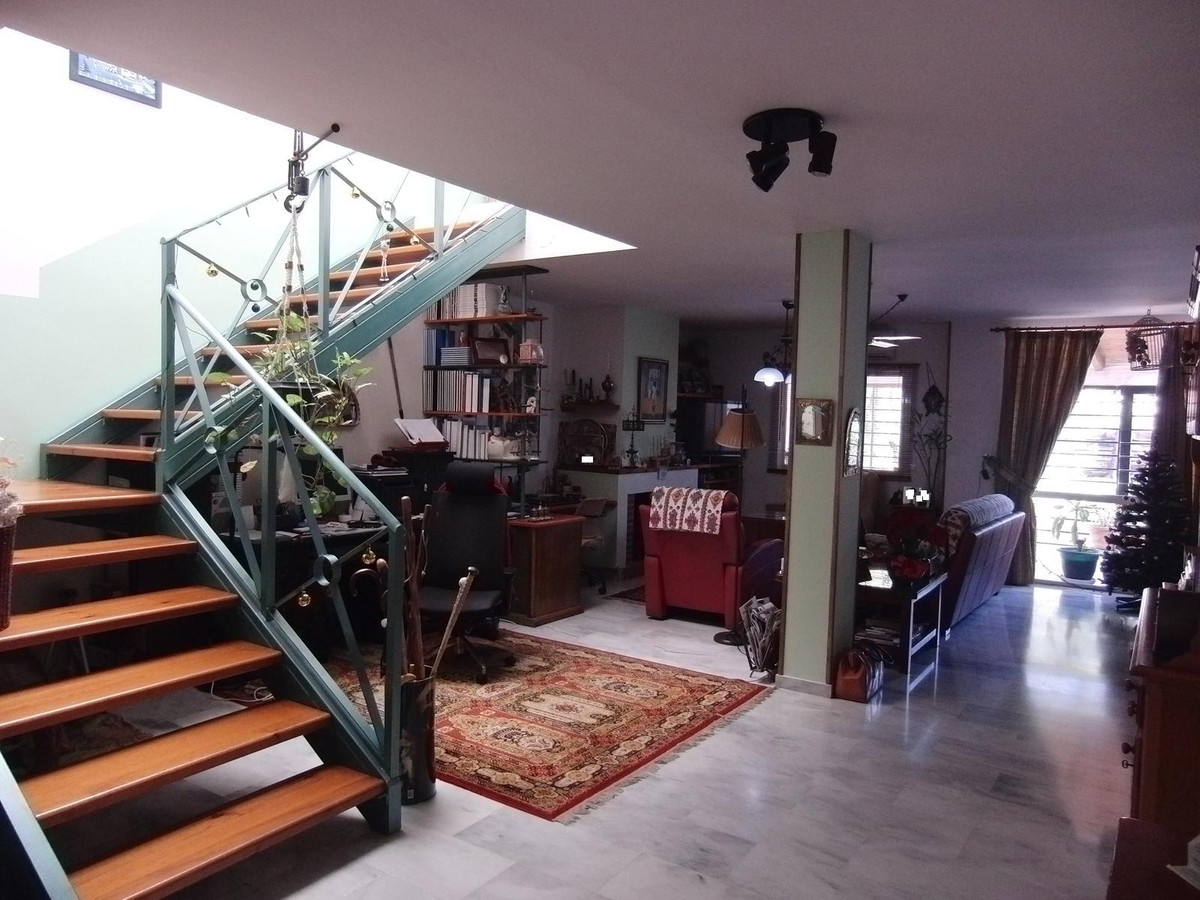 Spacious 5 bedroom 3 bath Townhouse located walking distance from restaurants and shops.  Includes l,Spain