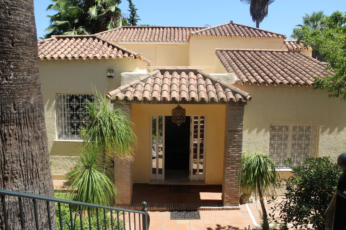 Detached Villa in Marbella R3020837