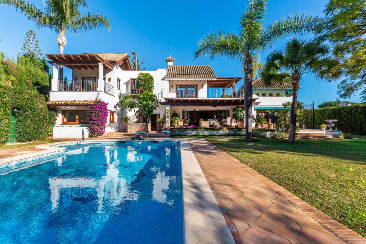 Detached Villa in Los Monteros R3342352