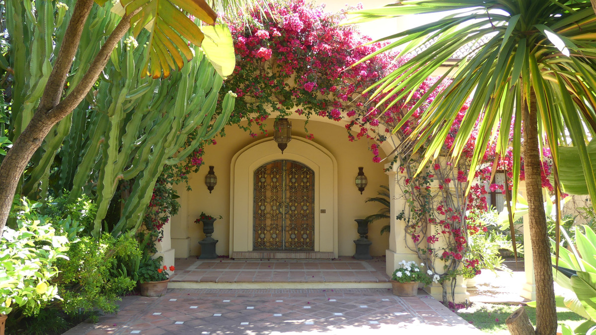 Great opportunity to get an amazing villa in the best area of the coast (Malibu).  Only 50 meters fr,Spain